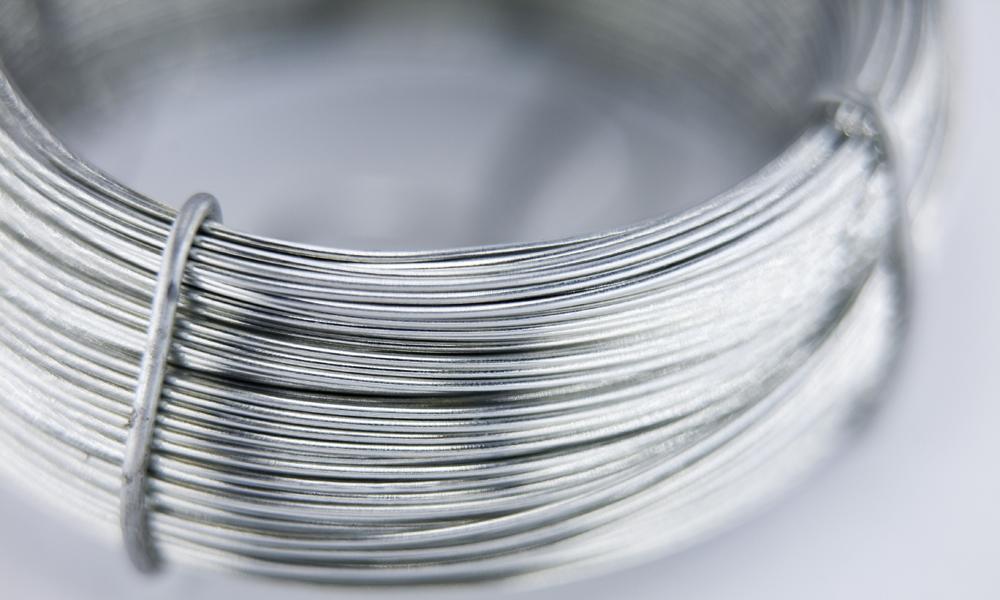 Ins Unscharf gehende Nahaufnahme von gebündeltem Aluminiumdraht